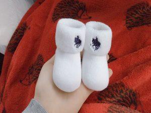 新生児用の靴下の贈り物